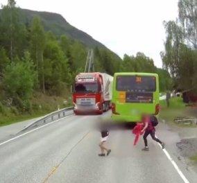 Βίντεο σοκ: Ο μαθητής βγαίνει από το σχολικό και γλιτώνει τον θάνατο στο τσακ - Δείτε πως - Κυρίως Φωτογραφία - Gallery - Video