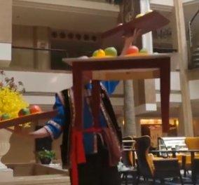 Βίντεο: Ο «ακροβάτης» σερβιτόρος που μεταφέρει τα πιάτα με το... στόμα  - Κυρίως Φωτογραφία - Gallery - Video