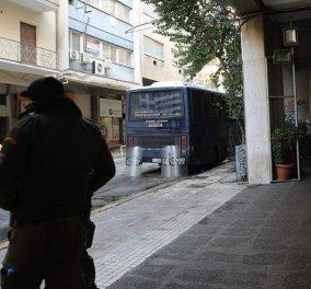 Oδηγός προσπάθησε να παρασύρει με το αυτοκίνητό του αστυνομικό στην Χ.Τρικούπη - Κυρίως Φωτογραφία - Gallery - Video