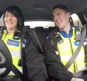 Βίντεο: Όταν οι αστυνομικοί έχουν χιούμορ & γίνονται viral τραγουδώντας τα κάλαντα στην οδική βοήθεια! - Κυρίως Φωτογραφία - Gallery - Video