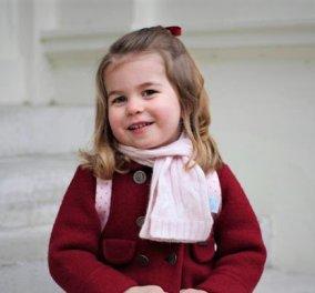 Πως πήγε ντυμένη στο σχολείο η πριγκίπισσα Σάρλοτ -Με ένα υπέροχο κόκκινο παλτουδάκι  - Κυρίως Φωτογραφία - Gallery - Video