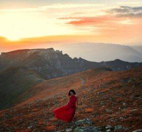 Καλλονή φωτογραφίζεται με το κόκκινο φουστάνι της σε υπέροχα τοπία της Ρουμανίας - Κλικς βγαλμένα από παραμύθι... - Κυρίως Φωτογραφία - Gallery - Video