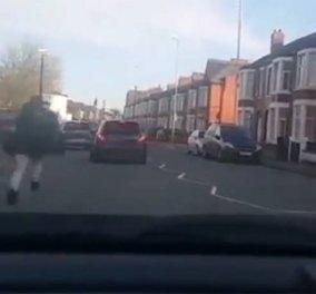 Απίστευτο βίντεο: Πεζός γρονθοκόπησε άσχημα οδηγό γιατί πήγε να τον πατήσει   - Κυρίως Φωτογραφία - Gallery - Video