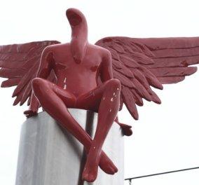 Κι όμως δεν ευθύνεται ο άνεμος! Κάτοικοι έδεσαν σε φορτηγό & γκρέμισαν τον κόκκινο άγγελο στο Παλαιό Φάληρο - Κυρίως Φωτογραφία - Gallery - Video