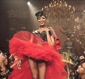 """Ο Moschino έβαλε σημαιοφόρο την εντυπωσιακή """"παλιά"""" Ναόμι Κάμπελ με κόκκινο τούλι & τα κοριτσάκια «διμοιρίτισσες» - Κυρίως Φωτογραφία - Gallery - Video"""