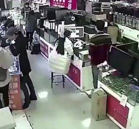 Βίντεο: Ένας άνδρας δάγκωσε την μπαταρία iPhone για να δει αν είναι γνήσια & αυτή έσκασε - Κυρίως Φωτογραφία - Gallery - Video