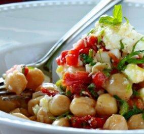 Ο σεφ Γιάννης Λουκάκος μάς δείχνει πως το παραδοσιακό είναι απολαυστικό & gourmet! Ρεβίθια με λιαστές ντομάτες, φρέσκο κρεμμύδι, δυόσμο και φέτα - Κυρίως Φωτογραφία - Gallery - Video