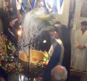 Βίντεο viral - Παπάς κάνει λούτσα με αγιασμό τους πιστούς για τα Θεοφάνεια! - Κυρίως Φωτογραφία - Gallery - Video