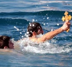 """Σκηνές """"απείρου αίσχους"""" στο Κιάτο- Αγιασμός των υδάτων με κλοτσιές και μπουνιές - Έπαιξαν ξύλο για τον Τίμιο Σταυρό (ΦΩΤΟ-ΒΙΝΤΕΟ)  - Κυρίως Φωτογραφία - Gallery - Video"""