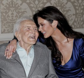 Η Catherine Zeta Jones φωτογραφήθηκε με τον 101 ετών ηθοποιό - πεθερό της Kirk Douglas στις Χρυσές Σφαίρες - Κυρίως Φωτογραφία - Gallery - Video