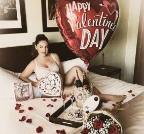 Και η κιτς της ημέρας: Η Kelly Brook στο κρεβάτι με λευκά εσώρουχα μπαλόνι St Valentine & φωτογράφο τον νέο μνηστήρα της  - Κυρίως Φωτογραφία - Gallery - Video