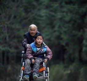 76χρονη γιαγιά περπατάει 15 μίλια κάθε μέρα τσουλώντας το αναπηρικό καροτσάκι του εγγονού της για να μην χάσει το σχολείο! (ΦΩΤΟ - ΒΙΝΤΕΟ)  - Κυρίως Φωτογραφία - Gallery - Video