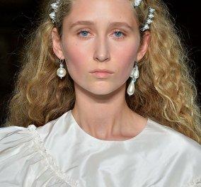 10 υπέροχα σκουλαρίκια με τα διαχρονικά μαργαριτάρια πάντα της μόδας (ΦΩΤΟ) 378beee53e1