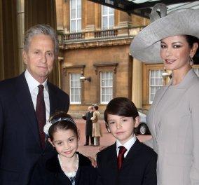 Η Κάθριν Ζέτα-Τζόουνς με τον σύζυγο της Μάικλ Ντάγκλας και τα δύο παιδιά τους σε τρενάκι του Λούνα Πάρκ (ΦΩΤΟ)  - Κυρίως Φωτογραφία - Gallery - Video