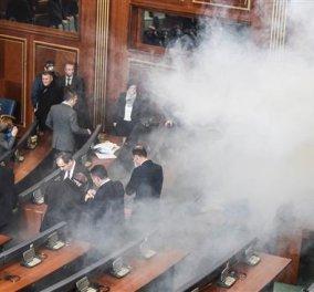 Βουλευτές της αντιπολίτευσης εκτόξευσαν δακρυγόνα μέσα στο κοινοβούλιο του Κοσόβου (ΒΙΝΤΕΟ) - Κυρίως Φωτογραφία - Gallery - Video