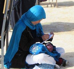 Γράφει εξετάσεις ενώ φροντίζει το 2 μηνών μωρό της! 22χρονή μητέρα από το Αφγανιστάν δίνει μαθήματα ζωής και γίνεται viral - Κυρίως Φωτογραφία - Gallery - Video