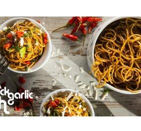 Πρωτότυπο & gourmet... Η Ντίνα Νικολάου ετοιμάζει την τέλεια μακαρονάδα! Σκορδομακάρονα με μαύρο σκόρδο και τσίλι - Κυρίως Φωτογραφία - Gallery - Video