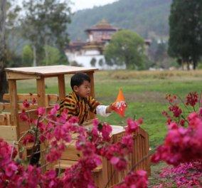 Πάμε στο εξωτικό Μπουτάν; Ο μικρός πρίγκιπας κάνει περίπατο με την καλλονή μαμά & τον Βασιλιά μπαμπά του (ΦΩΤΟ) - Κυρίως Φωτογραφία - Gallery - Video