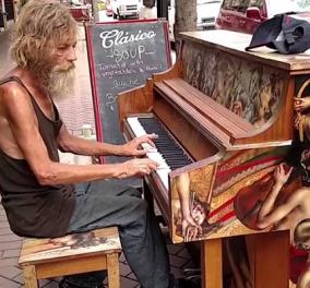 Βίντεο of the day: Ένας άστεγος άνδρας παίζει πιάνο στη Φλώριντα, εκεί που υπάρχουν δημόσια προς χρήση, και μας συγκινεί... - Κυρίως Φωτογραφία - Gallery - Video