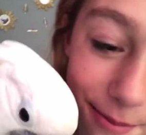Απίθανο βίντεο με νεαρή κοπέλα: Πήρε τον παπαγάλο της για να την βοηθήσει να βγάλει ένα δόντι   - Κυρίως Φωτογραφία - Gallery - Video