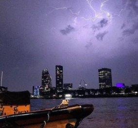 """Λονδίνο: Χιλιάδες κεραυνοί  δημιούργησαν  """"υπερθέαμα"""" στην πόλη αλλά προκάλεσαν και σοβαρά προβλήματα (ΦΩΤΟ-ΒΙΝΤΕΟ) - Κυρίως Φωτογραφία - Gallery - Video"""