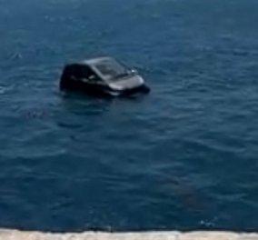 Καταπληκτικό! Αυτοκίνητο Smart πέφτει στο λιμάνι της Μυκόνου κι επιπλέει (VIDEO) - Κυρίως Φωτογραφία - Gallery - Video