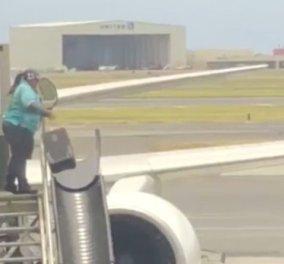 Απίστευτο! Επιβάτης σε αεροδρόμιο κατέγραψε υπάλληλο να πετάει τις βαλίτσες σαν... μπάλες (ΒΙΝΤΕΟ)   - Κυρίως Φωτογραφία - Gallery - Video