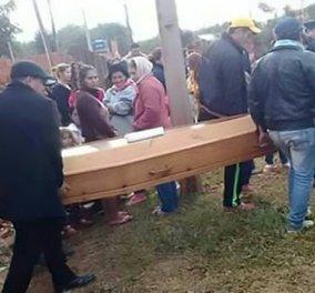 Κηδεία 20χρονου ή θρίλερ; Έσκασε μύτη ο «νεκρός» - Πανικόβλητοι οι γονείς και οι καλεσμένοι (ΦΩΤΟ) - Κυρίως Φωτογραφία - Gallery - Video