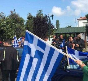 Οι κάτοικοι στις Πρέσπες με ελληνικές και μαύρες σημαίες φωνάζουν «Η Μακεδονία είναι ελληνική» (ΦΩΤΟ & VIDEO) - Κυρίως Φωτογραφία - Gallery - Video