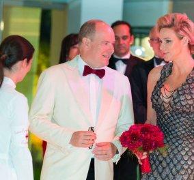 Η πριγκίπισσα Σαρλίν ντυμένη σαν γοργόνα υποδέχθηκε τους καλεσμένους με τον Αλβέρτο στον ετήσιο γκαλά του Ερυθρού Σταύρου (φωτο) - Κυρίως Φωτογραφία - Gallery - Video