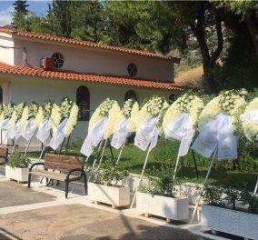 Με ένα λευκό τριαντάφυλλο και δάκρυα στα μάτια αποχαιρέτησαν στην Αργυρούπολη τον 15χρονο που έβαλε τέλος στη ζωή του - Κυρίως Φωτογραφία - Gallery - Video