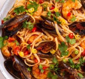 Ο Άκης Πετρετζίκης μας μαγειρεύει πεντανόστιμη μακαρονάδα με θαλασσινά - Κυρίως Φωτογραφία - Gallery - Video