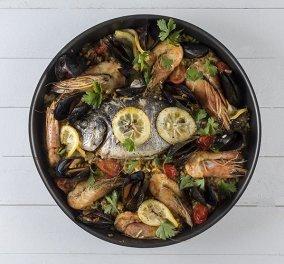 Ο Άκης Πετρετζίκης μας μαγειρεύει παέγια με θαλασσινά - Κυρίως Φωτογραφία - Gallery - Video