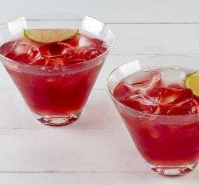 Το κοκτέιλ της ημέρας που μας αρέσει να πίνουμε... από τα χεράκια του Άκη Πετρετζίκη: Δημιουργεί το υπέροχο Cosmopolitan!   - Κυρίως Φωτογραφία - Gallery - Video