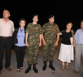 Καρέ-καρέ η υποδοχή των δύο στρατιωτικών από τις οικογένειές τους - Η συγκίνηση κι η χαρά (Φωτό) - Κυρίως Φωτογραφία - Gallery - Video