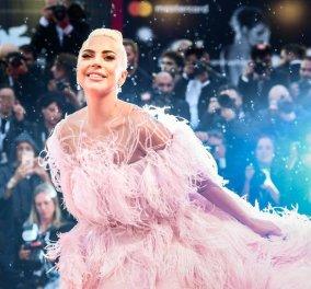 Η Lady Gaga απαστράπτουσα με ροζ φτερά & πούπουλα δίπλα στον Μπράντλεϊ Κούπερ (φώτο)  - Κυρίως Φωτογραφία - Gallery - Video