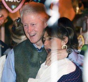 Με τη Χίλαρι πήγε στη γιορτή της μπίρας ο Μπιλ Κλίντον, άλλη κυρία αγκάλιασε σφιχτά και με χαρά (Φωτό) - Κυρίως Φωτογραφία - Gallery - Video