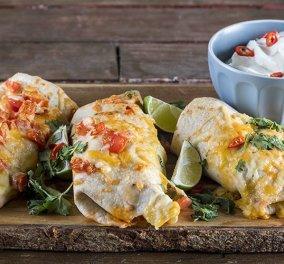 Ο Άκης Πετρετζίκης φτιάχνει μεξικάνικες τορτίγιες με κοτόπουλο, φασόλια χάντρες, τυρί και πιπερίτσες τσίλι (Βίντεο) - Κυρίως Φωτογραφία - Gallery - Video