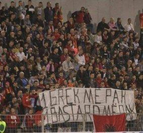 Άναψαν τα αίματα - Προσβλητικό πανό από Αλβανούς: «Ένας Έλληνας νεκρός, ένας μπάσταρδος λιγότερος» - Κυρίως Φωτογραφία - Gallery - Video