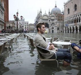 Βενετία: Τα πάντα γύρω τους είναι πλημμυρισμένα αλλά δεν σταματούν να τρώνε πίτσα (Βίντεο) - Κυρίως Φωτογραφία - Gallery - Video