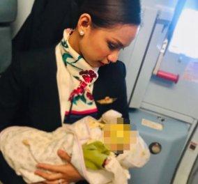 Η Αεροσυνοδός που θήλασε το μωρό επιβάτιδας - Είχε τελειώσει το γάλα & έκλαιγε (φωτό) - Κυρίως Φωτογραφία - Gallery - Video