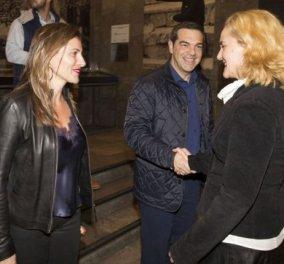 Νυχτερινή έξοδος για τον Αλέξη Τσίπρα και την Μπέτυ Μπαζιάνα με casual ντύσιμο - Ποια θεατρική παράσταση παρακολούθησαν (Φωτό) - Κυρίως Φωτογραφία - Gallery - Video