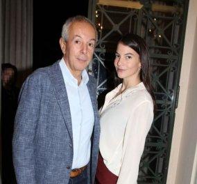 Με μπορντό καμπάνα παντελόνι «έκλεψε» την παράσταση η Δήμητρα Μέρμηγκα, πλάι στον ερωτευμένο Γιάννη Κούστα - 2,5 μηνών η κόρη τους (Φωτό) - Κυρίως Φωτογραφία - Gallery - Video