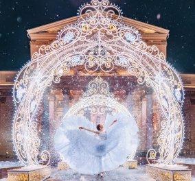 Καλλιτέχνιδα δημιουργεί παραμύθια μέσα από το Χριστουγεννιάτικο τοπίο της Μόσχας - Φώτο   - Κυρίως Φωτογραφία - Gallery - Video