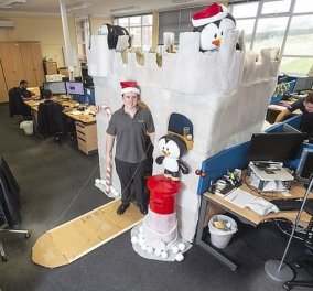 Κι όμως αυτή είναι η πιο τρελή χριστουγεννιάτικη διακόσμηση γραφείου που έχετε δει! - Κυρίως Φωτογραφία - Gallery - Video