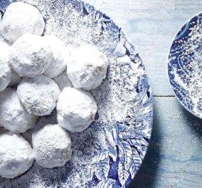 Άκης Πετρετζίκης: Μικροί τραγανοί κουραμπιέδες, χιονισμένοι με μπόλικη άχνη ζάχαρη - Κυρίως Φωτογραφία - Gallery - Video