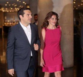 Ο Αλέξης Τσίπρας και η Μπέτυ Μπαζιάνα πήγαν στο θέατρο - Η βραδινή έξοδός τους και η φωτογραφία με την Ελισάβετ Κωνσταντινίδου (Φωτό & Βίντεο) - Κυρίως Φωτογραφία - Gallery - Video