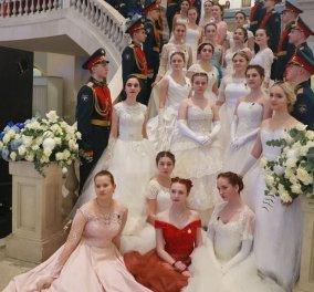 Απίστευτες φωτό: Χιλιάδες καλλονές νεαρές Ρωσίδες debutantes στον ετήσιο χορό των στρατιωτικών   - Κυρίως Φωτογραφία - Gallery - Video