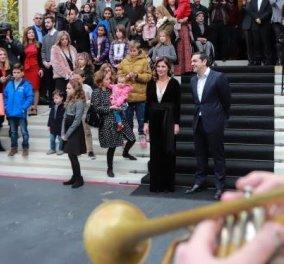 Τα... έψαλαν στον Αλέξη Τσίπρα: Το προαύλιο του Μεγάρου Μαξίμου γέμισε παιδικές φωνές και ανθρώπους με σημαντική κοινωνική δράση (Βίντεο) - Κυρίως Φωτογραφία - Gallery - Video