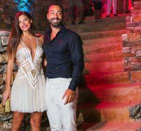 Το νιόπαντρο ζευγάρι Σάκης Τανιμανίδης- Χριστίνα Μπόμπα μπροστά στο Χριστουγεννιάτικο δέντρο τους - Κυρίως Φωτογραφία - Gallery - Video